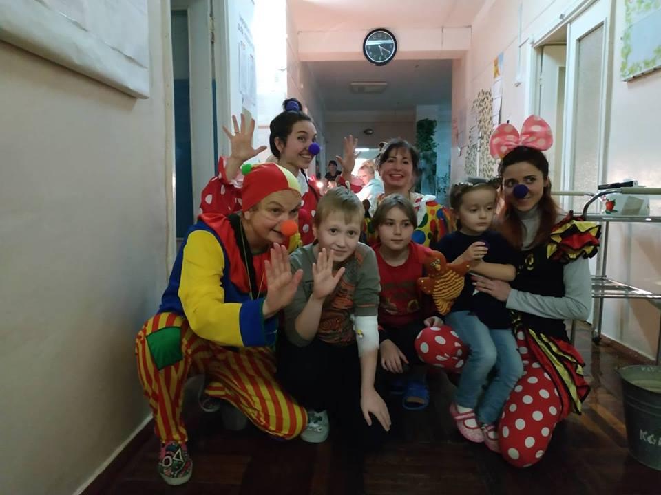 У відділення лікарні завітали давні друзі - «СміхоНоси» Міська дитяча лікарня №5 детская больница Запорожье